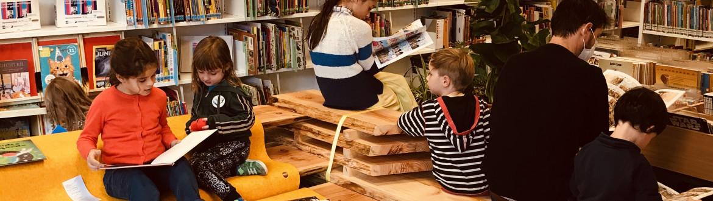 Kinderen lezen in de bibliotheek