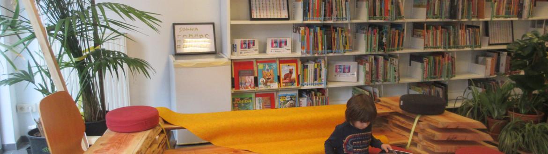 kind leest in de bibliotheek