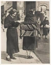 dame neemt en leest boek uit een boekenrek op de rug van een andere dame